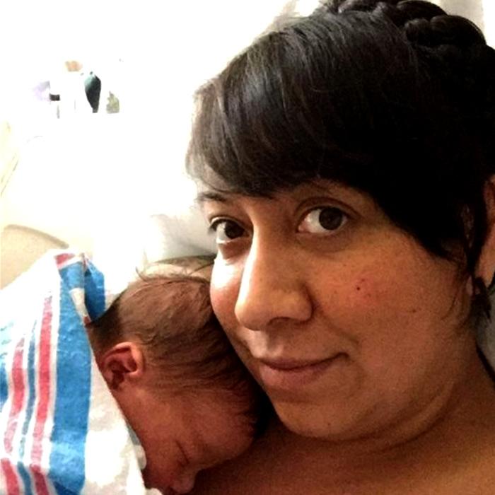 Yenidoğan Bebeğin Elinde Tuttuğu Cisim Görenleri Şaşkına Çevirdi