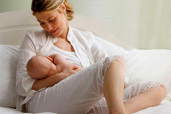 Bebeklerini emziren anneler